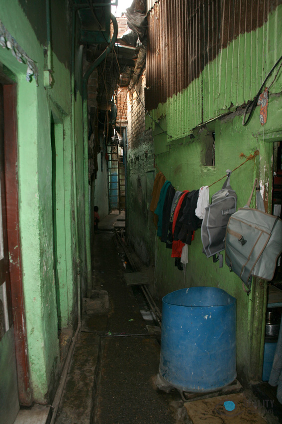 narrow-dharavi-lane_14841642638_o